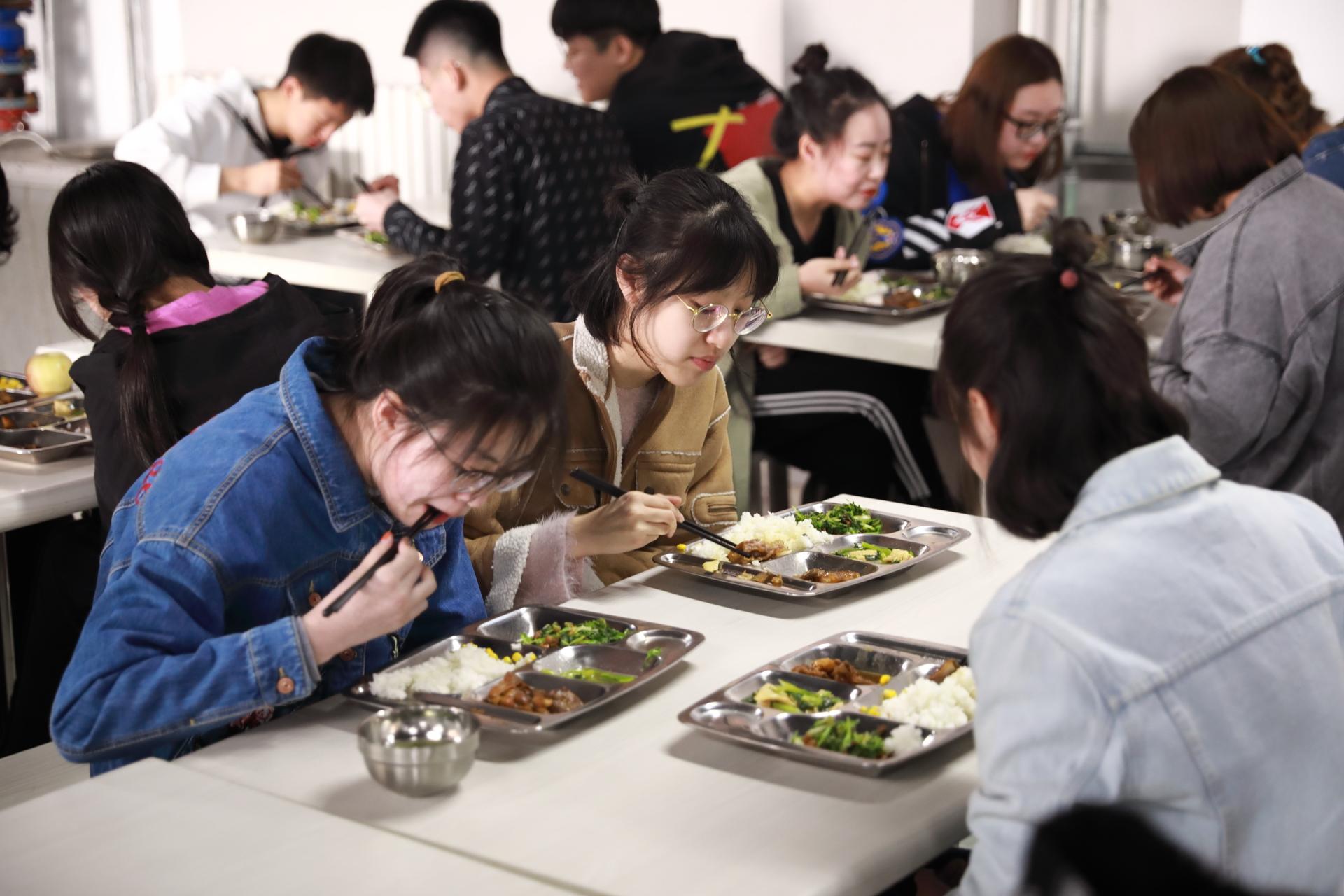 学校食堂.jpg